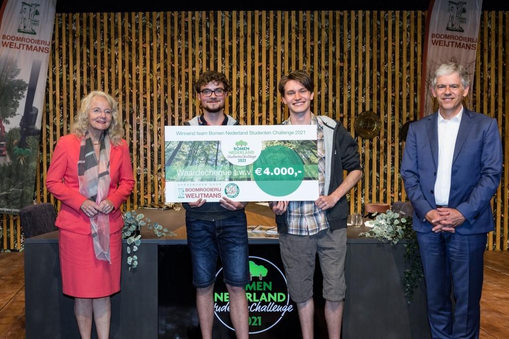 Foto: De winnaars geflankeerd door Lid Gedeputeerde Staten Elies Lemkes en Nationaal Coördinator Harry Koenders.